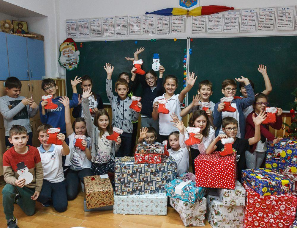 """Elevii Școlii """"Junior"""", mesagerii lui Moș Nicolae pentru copiii defavorizați"""